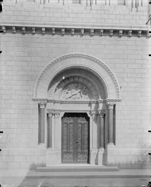 Façade ouest, portail, tympan avec Pietà