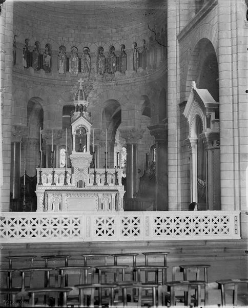 Intérieur, grand autel