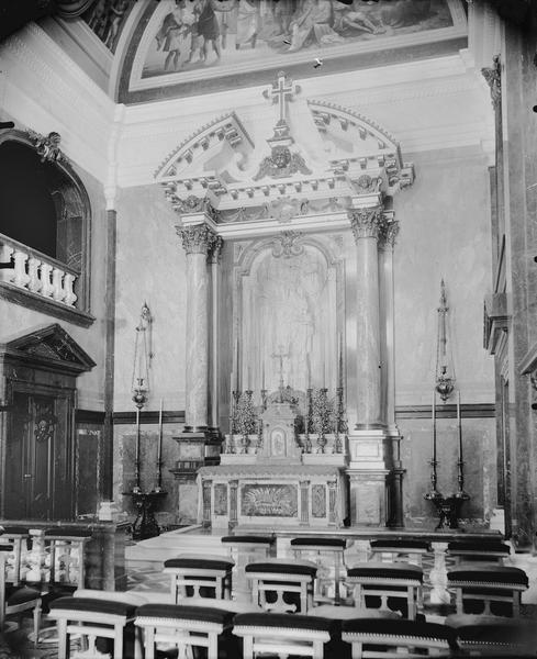 Intérieur de la chapelle, l'autel