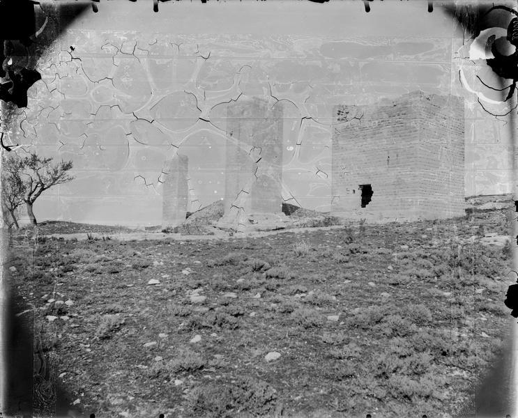Constructions (trois) parallélépipédiques en ruines dans la nature