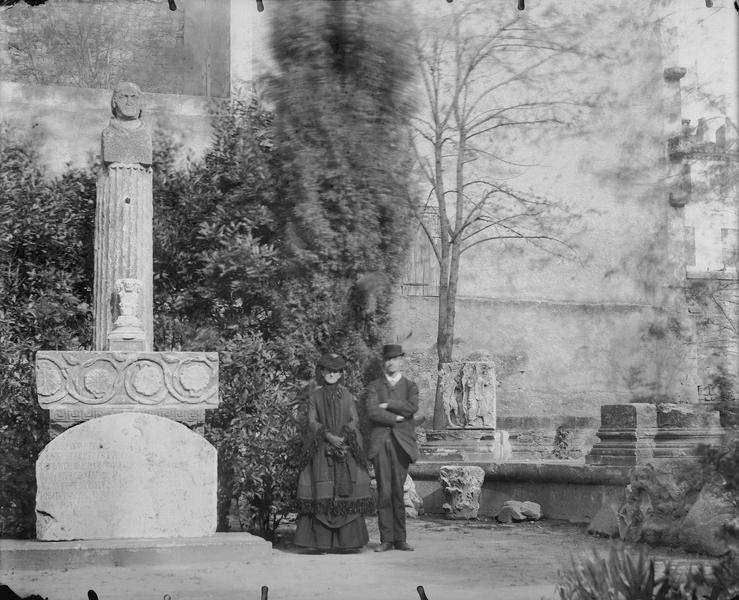 Couple près d'une stèle