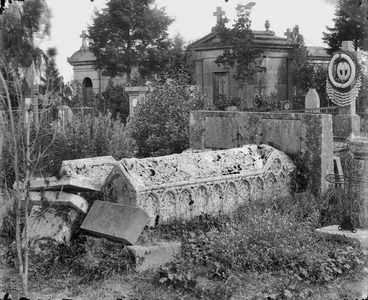 Vue d'un ensemble de tombes, sarcophage