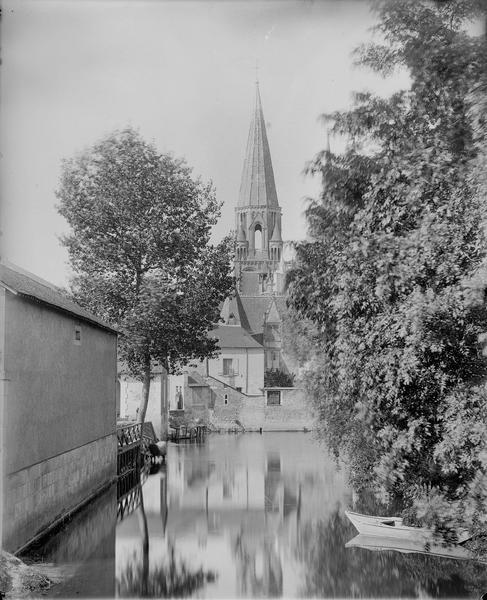 Paysage, vue d'une rivière et d'un clocher
