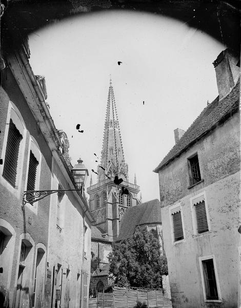 Rue, clocher à l'arrière-plan