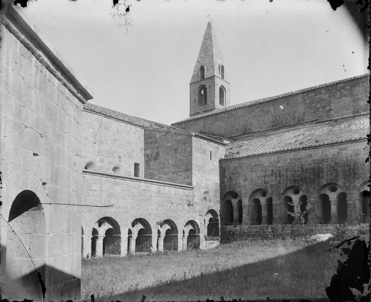 Cloître, vue de la cour centrale