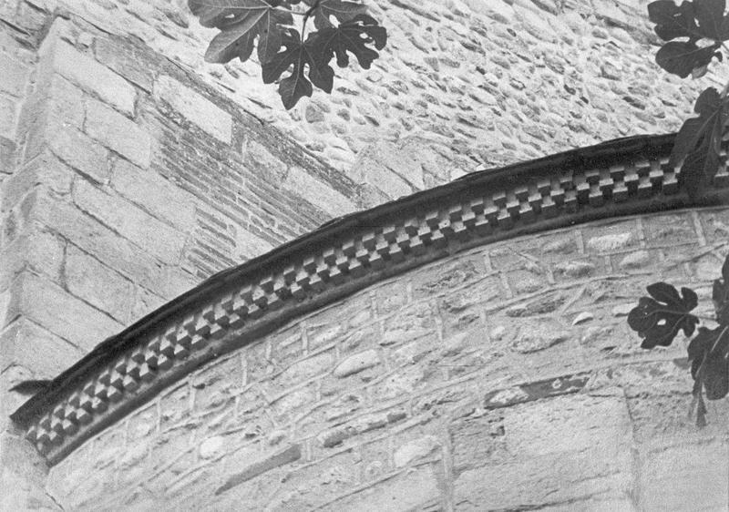 Abside, détail de la corniche à billettes côté sud