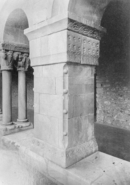 Cloître, intérieur : galerie ouest, deuxième pilier depuis le nord orné de motifs géométriques