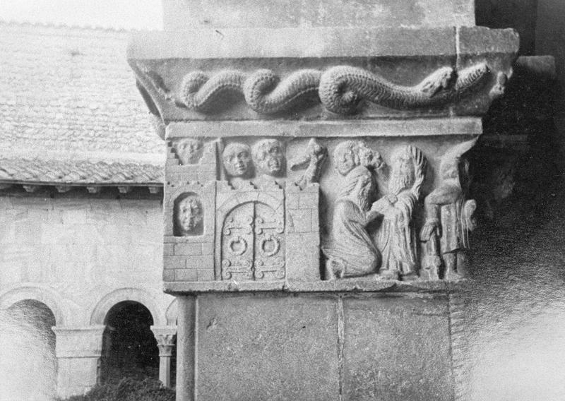Cloître, intérieur : galerie ouest, troisième pilier, chapiteau historié représentant une scène de la vie de saint Pierre, le Quo vadis