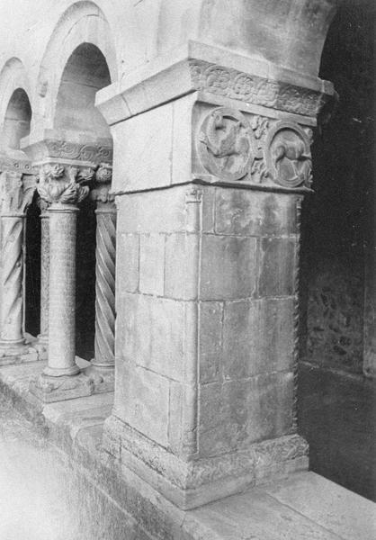 Cloître, intérieur : galerie ouest, quatrième pilier depuis le nord avec chapiteau orné de griffons et motifs végétaux