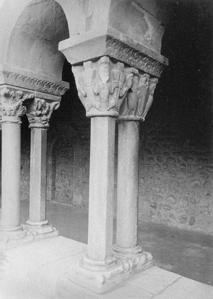 Cloître, intérieur : galerie ouest, quatrième travée depuis le nord, deux colonnes géminées à chapiteaux sculptés