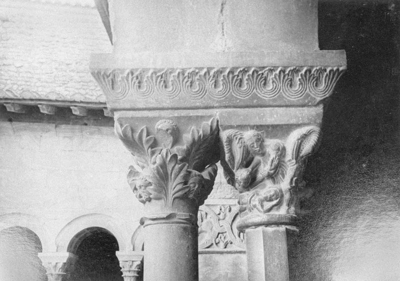 Cloître, intérieur : galerie ouest, quatrième travée depuis le nord, chapiteaux géminés ornés de motifs végétaux et d'une scène historiée