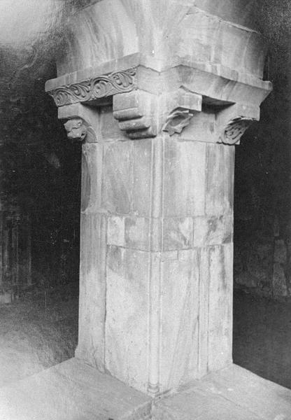 Cloître, intérieur : galerie sud, angle sud-ouest, pilier avec imposte orné de motifs géométriques