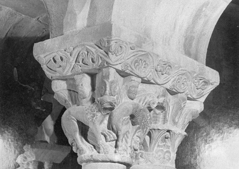 Cloître, intérieur : galerie sud, deuxième travée depuis l'ouest, chapiteaux géminés ornés de lionnes, figures humaines et motifs végétaux