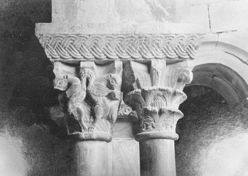 Cloître, intérieur : galerie sud, deuxième travée depuis l'ouest, chapiteaux géminés ornés de griffons et motifs végétaux