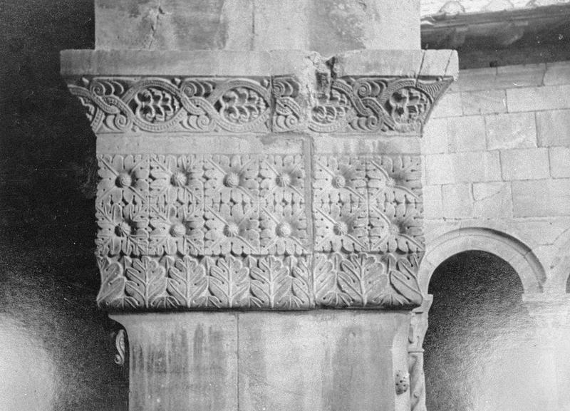 Cloître, intérieur : galerie sud, deuxième pilier depuis l'ouest, chapiteau orné de motifs floraux et géométriques