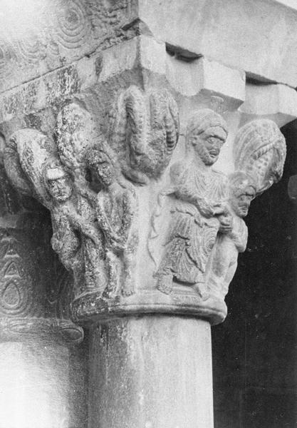 Cloître, intérieur : galerie sud, quatrième travée depuis l'ouest, chapiteau historié représentant la création d'Adam et le péché originel