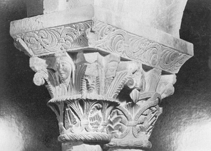 Cloître, intérieur : galerie sud, quatrième travée depuis l'ouest, chapiteaux géminés ornés de figures humaines et motifs végétaux
