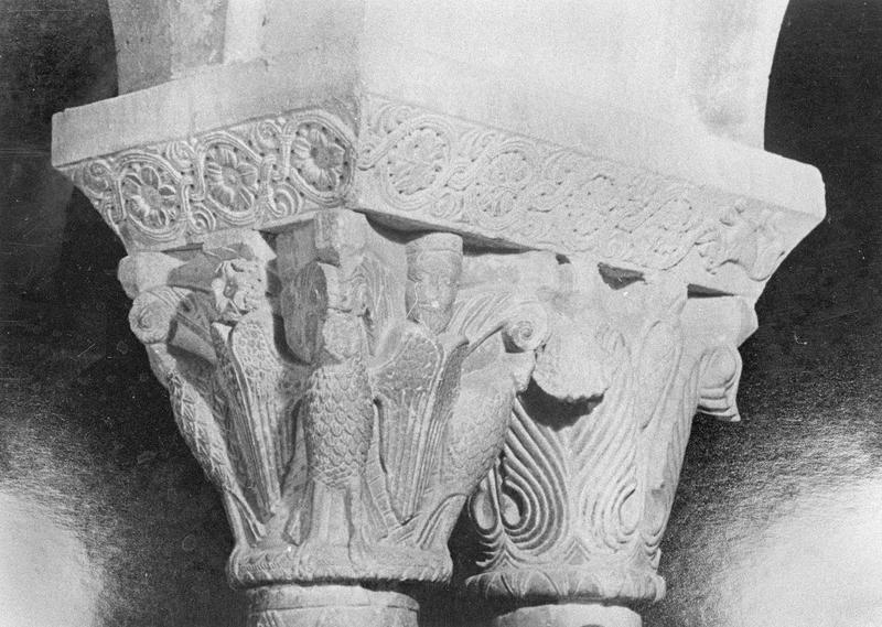 Cloître, intérieur : galerie sud, quatrième travée depuis l'ouest, chapiteaux géminés ornés d'aigles, figures humaines et motifs végétaux