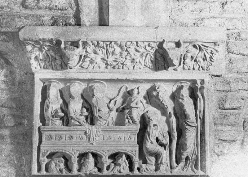 Cloître, intérieur : galerie sud, mur de la quatrième travée depuis l'ouest, retombée ornée d'un bas-relief représentant Les saintes femmes au tombeau
