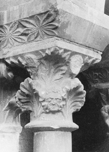 Cloître, intérieur : galerie nord, deuxième travée depuis l'est, chapiteau orné de figures humaines et motifs végétaux
