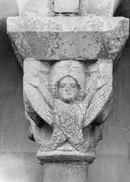 Cloître, intérieur : galerie nord, troisième travée depuis l'est, chapiteau orné d'un personnage ailé