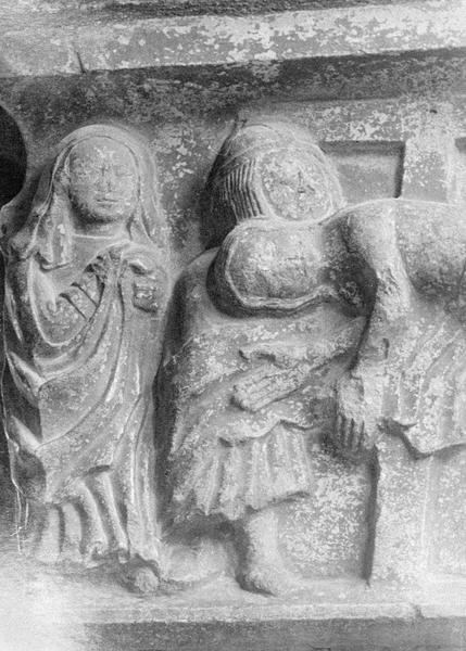 Cloître, intérieur : galerie nord, troisième pilier, détail d'un chapiteau représentant la Descente de croix