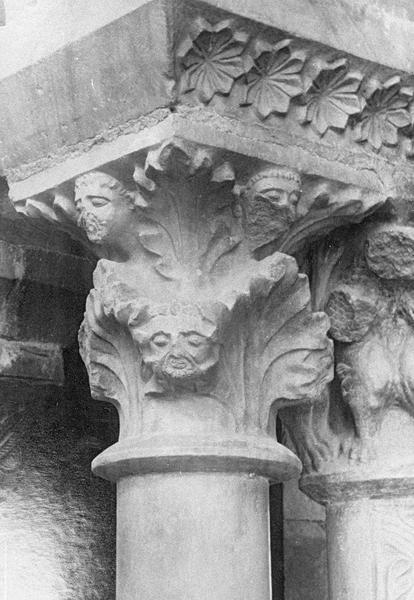 Cloître, intérieur : galerie nord, cinquième travée depuis l'est, détail d'un chapiteau orné de figures humaines et motifs végétaux
