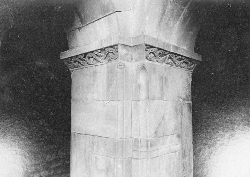 Cloître, intérieur : angle sud-est, pilier avec imposte orné de motifs végétaux