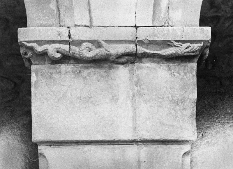 Cloître, intérieur : galerie est, troisième pilier, imposte orné d'un serpent