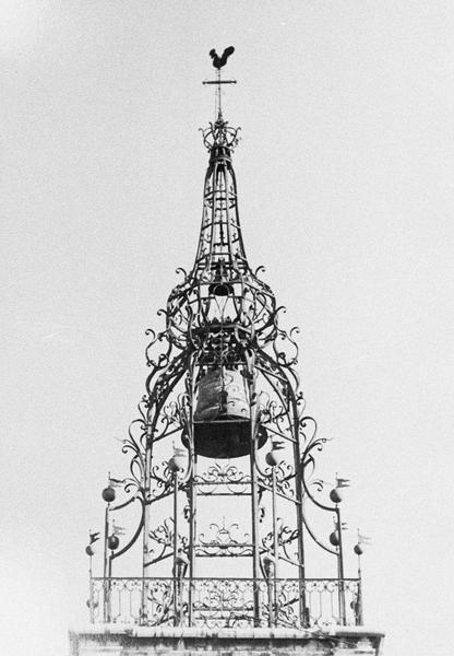 Campanile en fer forgé doté d'un carillon au sommet de la tour du beffroi, côté ouest