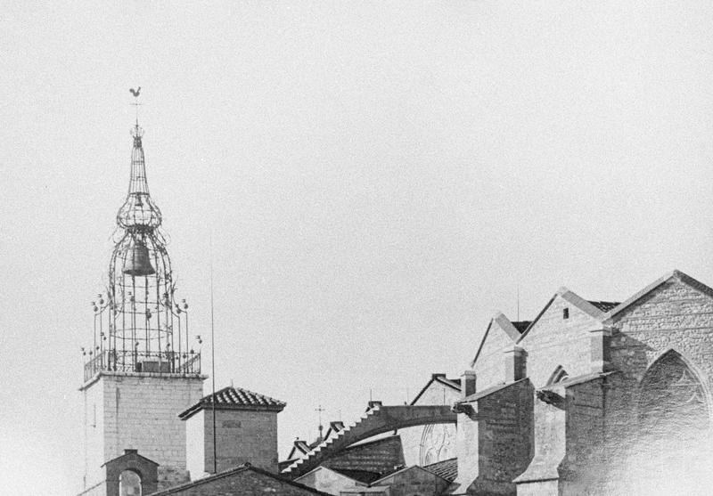 Ensemble est, vue partielle et campanile en fer forgé