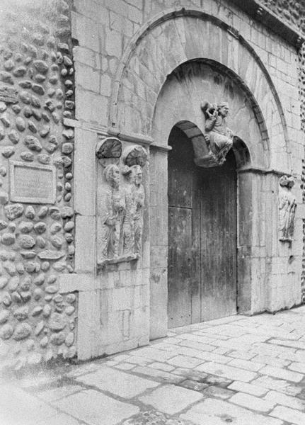Portail sud orné au centre d'un Christ en majesté, vu en perspective côté ouest