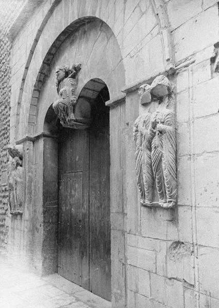 Portail sud orné au centre d'un Christ en majesté, vu en perspective côté est