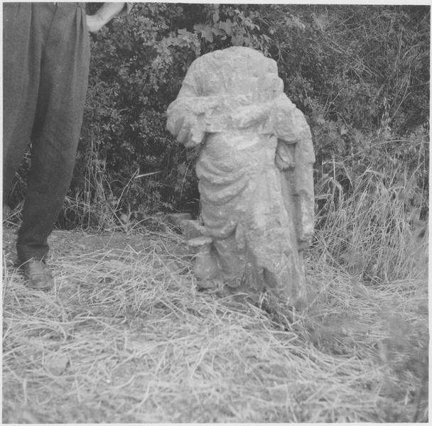 Statue: déesse non identifiée, vue générale