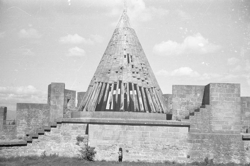 Tour de Benazet : toiture conique (en ruines) sur lices basses