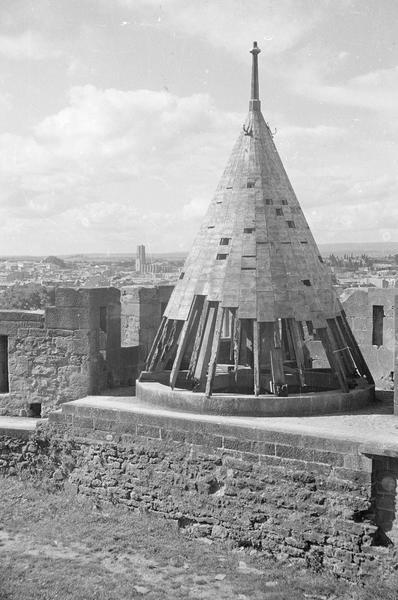 Tour de la Glacière : toiture conique (en ruines) sur lices basses