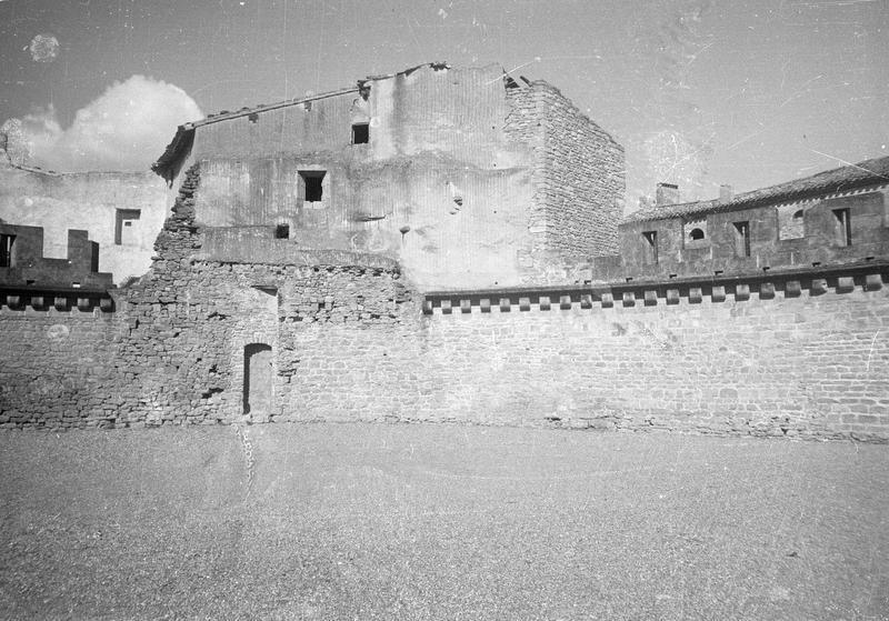 Maison Danjard : façade ouest (en ruines) depuis la barbacane du château comtal