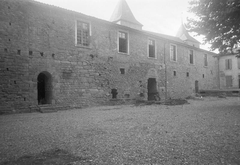 Château comtal : aile ouest sur cour d'Honneur