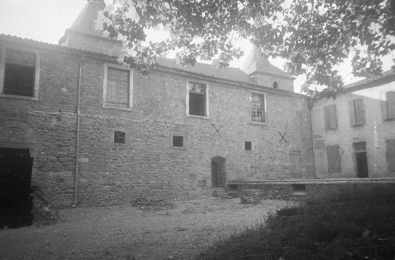 Château comtal : aile ouest sur cour d'Honneur, vue partielle côté nord