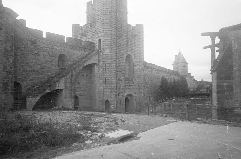 Tour Saint-Nazaire, tour du Moulin de Midi et remparts depuis l'intérieur de la cité