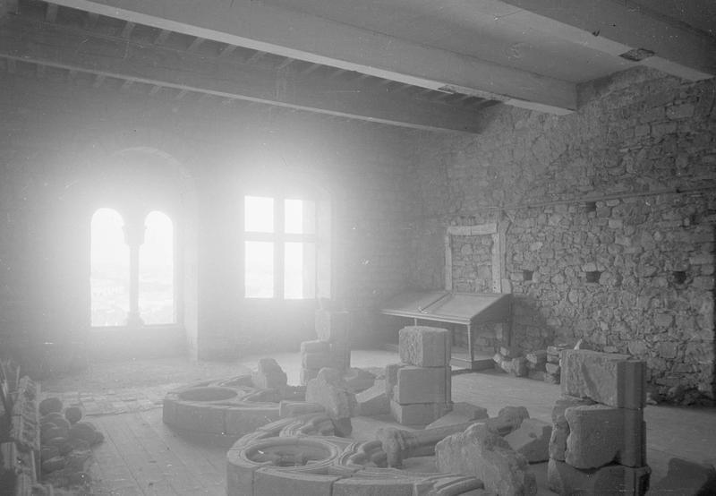 Château comtal, intérieur : aile ouest, premier étage, dépôt lapidaire dans la salle de la fontaine
