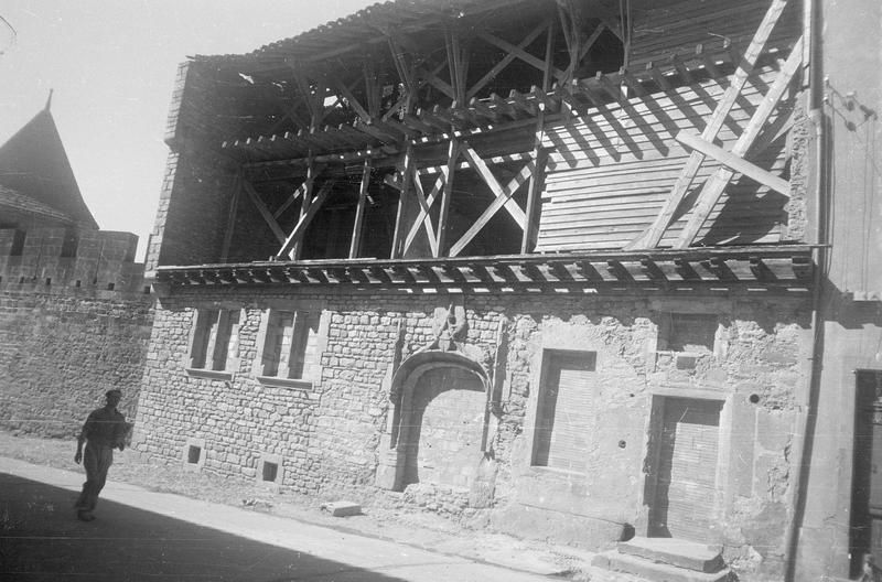 Maison Danjard : façade est (en travaux) sur rue Viollet-le-Duc animée