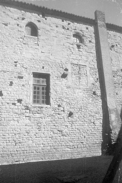Château comtal : aile sud, milieu de la façade sur cour du Midi