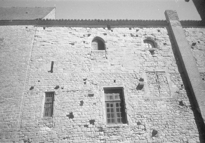 Château comtal : aile sud, milieu de la façade sur cour du Midi, partie supérieure