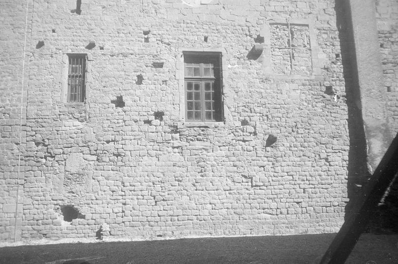 Château comtal : aile sud, milieu de la façade sur cour du Midi, partie inférieure