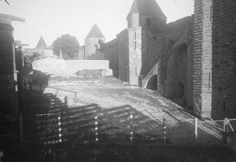 Tours Saint-Nazaire, tour Saint-Martin et remparts depuis l'intérieur de la cité, vue en perspective côté ouest