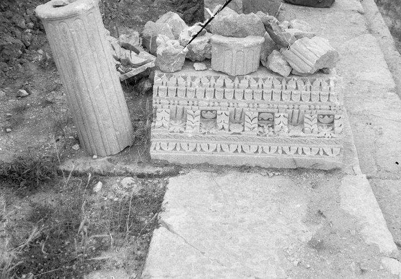 Corniche et colonne, fragments