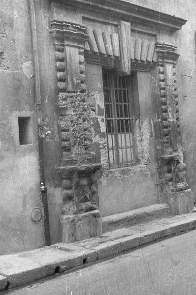 Ancien portail muré percé d'une fenêtre