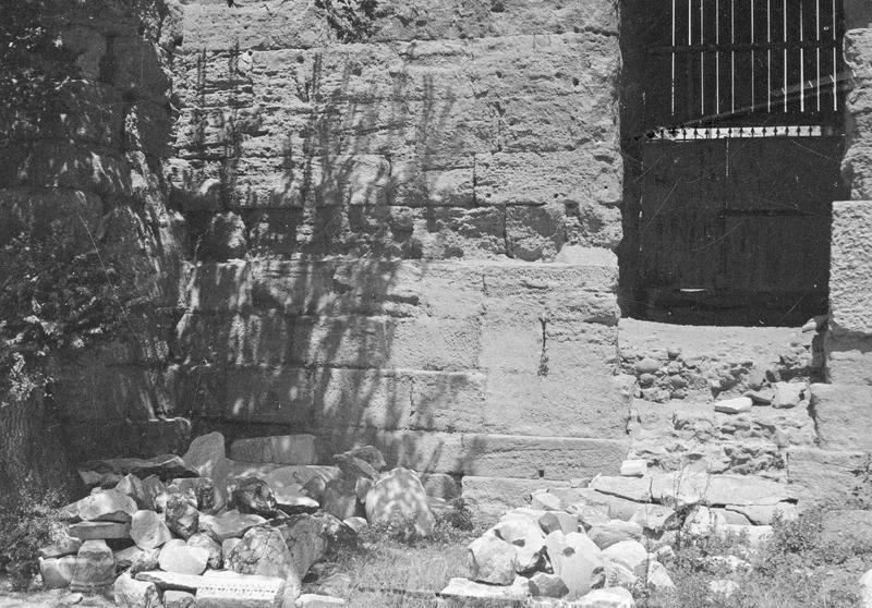 Mur de scène, ou frons scaenae : soubassement du mur et porte latérale est