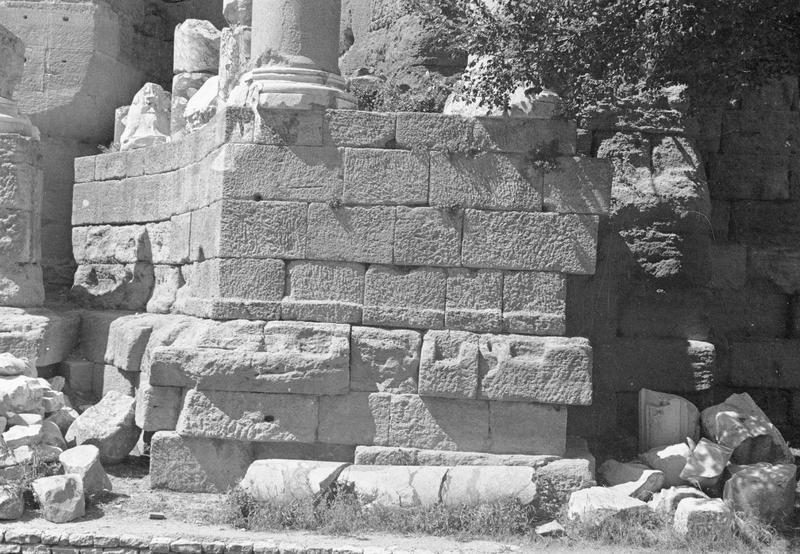 Mur de scène, ou frons scaenae : soubassement du mur et débris de colonnes à l'est de la porte royale